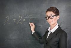 Matematik för kvinnalärareundervisning royaltyfria bilder