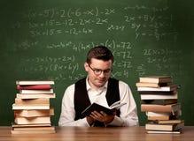 Matematiklärare på skrivbordet Royaltyfri Fotografi