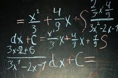Matematiklösning på svart tavla arkivfoton