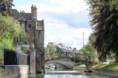 Matematisk bro, en gammal gränsmärke i drottnings högskola, Cambridge, UK Royaltyfri Bild