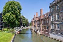 Matematisk bro i Cambridge med blå himmel fotografering för bildbyråer