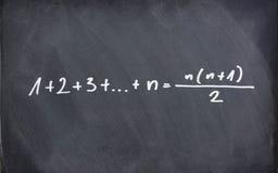 Matematisk formel på den svart tavlan Arkivfoton