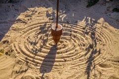 Matematisk klockpendelteckning på sanden Royaltyfria Bilder