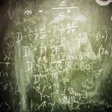 Matematiska formler på en grön skolförvaltning som bakgrund Fotografering för Bildbyråer