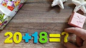 Matematiska operationer med numret 2018 med en frågefläck Begreppet för det nya året arkivfilmer