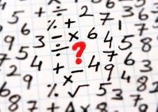 Matematiska symboler och problemlösning royaltyfri foto