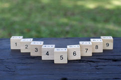 Matematycznie formuły 1x1 sześcian w drewnianym tle Zdjęcia Royalty Free