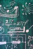 Matematyki i physic formuły pisać bielem piszą kredą na blackboard tle obraz stock