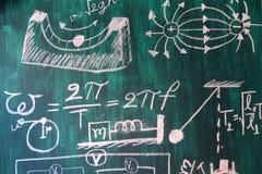 Matematyki i physic formuły pisać bielem piszą kredą na blackboard tle obrazy stock