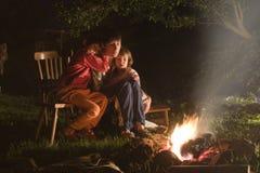 Mater e figlie da fuoco di accampamento Immagini Stock Libere da Diritti