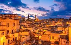 Matera, Базиликата, Италия: Взгляд старого городка - di Matera ночи Sassi стоковое фото rf