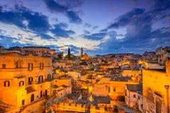 Matera, Базиликата, Италия: Взгляд старого городка - di ночи Sassi стоковое изображение