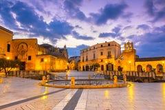 Matera, Италия, квадрат Vittorio венето: Взгляд ночи Dom St стоковое фото