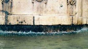 Η παλαιά πηγή σε $matera με το νερό που πέφτει κάτω και οι πτώσεις αναπηδούν, ιστορικό μνημείο και φιλμ μικρού μήκους