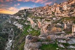 Matera, Basilicata, Italië: landschap bij zonsopgang van de oude stad Stock Afbeelding