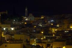 Matera in de nacht stock afbeeldingen