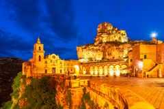 Matera, Sasso Caveoso, Италия: Взгляд ночи Сан Pietro Caveoso стоковые фото