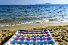 Materasso gonfiabile sulla spiaggia Immagini Stock Libere da Diritti