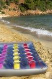 Materasso gonfiabile sulla spiaggia Fotografie Stock