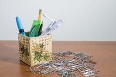 Materiałów produkty w pudełku i origami papudze Fotografia Stock