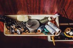 Materiał dla szyć z niciami w cewach Fotografia Stock