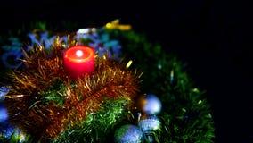 Materiał filmowy świeczki palenie, piłki i gwiazd boże narodzenia, wesołych Świąt zbiory wideo