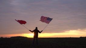 Materiał filmowy amerykanin i chińczyk zaznacza dmuchanie w wiatrze machać flaga w krajobrazie USA Chiny flaga zbiory wideo