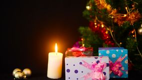 Materiał filmowy drzewni boże narodzenia i ornamentów boże narodzenia z lampowym okamgnieniem Wesoło Chirstmas zbiory