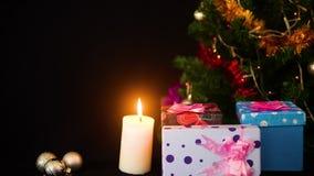 Materiał filmowy drzewni boże narodzenia i ornamentów boże narodzenia z lampowym okamgnieniem Wesoło Chirstmas zdjęcie wideo