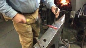 Materiał filmowy Młotkować Gorącego metal W Blacksmith warsztacie zdjęcie wideo
