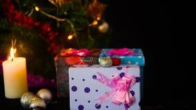 Materiał filmowy plama świeczka ornamentu i palenia boże narodzenia z lampowym okamgnieniem Wesoło Chirstmas zbiory wideo