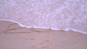 Materiał filmowy słowo «2018 «pisać na piaskowatej plaży myje nadchodzącą falą zdjęcie wideo