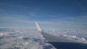 Materiału filmowego samolotu lot skrzyd?o samolotowy latanie nad bielu niebieskie niebo i chmury piękny widok z lotu ptaka od zbiory