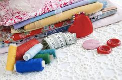 Materia colorida para coser en el país Imagen de archivo libre de regalías