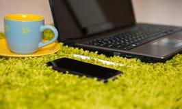 Materia de la oficina con el ordenador portátil y el café elegantes del teléfono fotografía de archivo libre de regalías