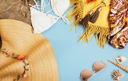 Materia de niña del viaje diverso en el fondo colorido azul y amarillo, nadie concepto de la forma de vida del turismo Fotografía de archivo libre de regalías