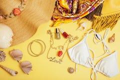 Materia de niña del viaje diverso en el fondo colorido azul y amarillo, nadie concepto de la forma de vida del turismo Imágenes de archivo libres de regalías