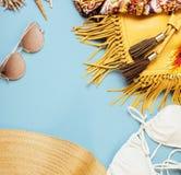 Materia de niña del viaje diverso en el fondo colorido azul y amarillo, nadie concepto de la forma de vida del turismo Imagen de archivo libre de regalías