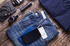 Materia del viaje con smartphone y el smartwatch Fotografía de archivo libre de regalías