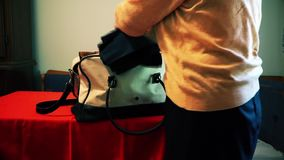 Materia embalada esposa en el bolso almacen de metraje de vídeo