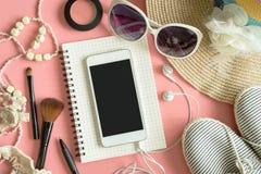 Materia, maquillaje, teléfono móvil y accesorios de la mujer Fotos de archivo