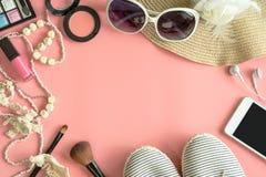 Materia, maquillaje, teléfono móvil y accesorios de la mujer Fotos de archivo libres de regalías