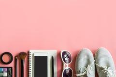 Materia, maquillaje, teléfono móvil y accesorios de la mujer Fotografía de archivo libre de regalías