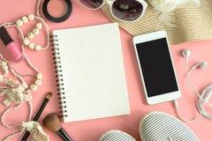 Materia, maquillaje, teléfono móvil y accesorios de la mujer Foto de archivo libre de regalías