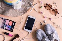 Materia, maquillaje, teléfono móvil y accesorios de la mujer Imagen de archivo