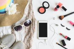 Materia, maquillaje, teléfono móvil y accesorios de la mujer Imagenes de archivo