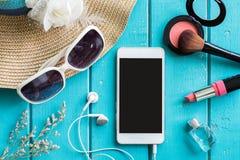Materia, maquillaje, teléfono móvil y accesorios de la mujer con el espacio de la copia Imágenes de archivo libres de regalías