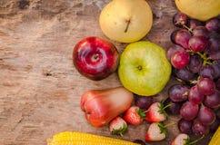 Materia orgánica de las frutas y verduras en la tabla de madera Fotos de archivo libres de regalías