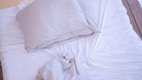 Materia textil casera moderna de la nueva cama vac?a sin hacer del d?a metrajes