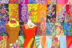 Materia textil coloreada producida en serie en un mercado del este tradicional en Malasia Foto de archivo libre de regalías